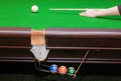 Hand klaar om een witte bal met richtsnoer te raken Stock Foto's