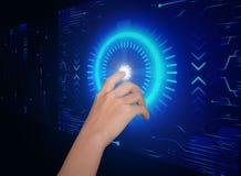 Hand klicken an Knopfsicherheitszukunfttechnologie stockfotos