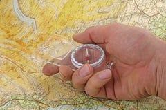 Hand, kompass och översikt Arkivbilder