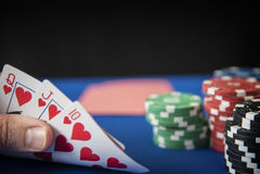 In hand koningin, Jack, Tien en het gokken spaanders op gevoeld casinoblauw Royalty-vrije Stock Afbeeldingen