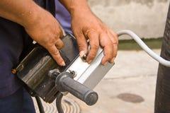 Hand kontrollerar utrustning. Royaltyfri Bild