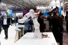 Hand Kuka för industriell robot i fabriks- bransch på utställningen Cebit 2017 i Hannover Messe, Tyskland Royaltyfria Foton