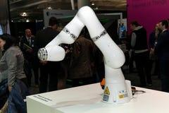 Hand Kuka för industriell robot i fabriks- bransch på utställningen Cebit 2017 i Hannover Messe, Tyskland Arkivfoto