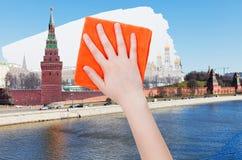 Hand löscht Sommeransicht von Moskau durch orange Stoff Lizenzfreies Stockfoto