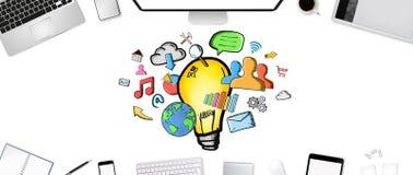 Hand lightbulb op bureauachtergrond die wordt getrokken Stock Afbeeldingen