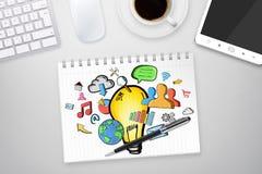 Hand lightbulb op bureauachtergrond die wordt getrokken Royalty-vrije Stock Afbeelding