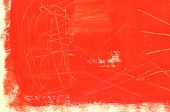 Hand målad mång--varvad röd bakgrund med skrapor Arkivbilder