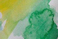 Hand målad vattenfärgbakgrund För vattenfärgborste för guling och för gräsplan abstrakta slaglängder på texturerat papper Royaltyfria Foton