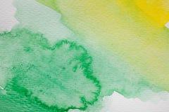 Hand målad vattenfärgbakgrund För vattenfärgborste för guling och för gräsplan abstrakta slaglängder på texturerat papper Arkivfoton