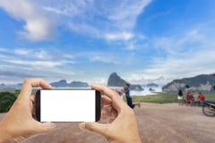 Hand manliga asiatiska hållande Smartphone som tar bilden av härligt l royaltyfria foton