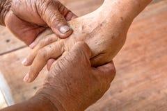 Hand massagen Fotografering för Bildbyråer