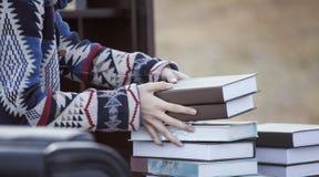 Hand med böcker Royaltyfri Fotografi