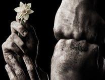 Hand med blomman och den grep hårt om näven Royaltyfria Bilder