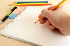 Hand med blyertspennateckningen arkivbild