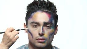 Hand med borsten, konstnärlig makeup stock video