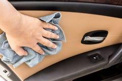 Hand med den polerande bilen för microfibertorkduk royaltyfri fotografi