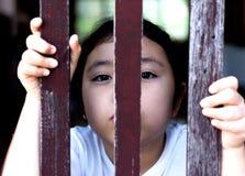Hand med det wood staketet som känner ingen frihet Royaltyfria Foton