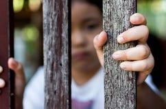 Hand med det wood staketet som känner ingen frihet Arkivfoto