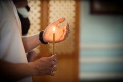 Hand med en stearinljus Arkivbild