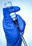 Hand med en vaccin för injektion Fotografering för Bildbyråer
