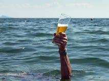 Hand med ett exponeringsglas av öl Royaltyfri Fotografi