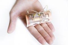Hand med 50 eurosedlar Arkivbilder