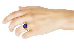 Hand med formgivaren Ring av Tanzanite, diamanter och guld Royaltyfria Foton