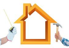Hand med hammaren och hand med metern med husbakgrund för apelsin 3D Royaltyfri Bild