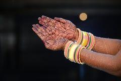Hand med hantverkarbete arkivfoto