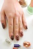 Hand med hjälpmedlet för manicure royaltyfri fotografi