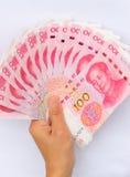Hand med kinesiska yuanpengar Royaltyfri Fotografi