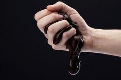 Hand med klibbig choklad Royaltyfri Bild