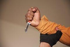 Hand med kniven Arkivbild