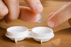 Hand med kontaktlinsen, closeup Royaltyfria Bilder