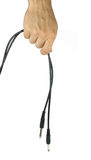 Hand med ljudsignal kabel som isoleras på vit bakgrund Arkivfoton