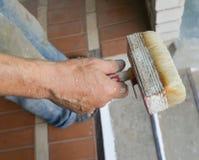 Hand med målarpenselmålning Arkivfoto
