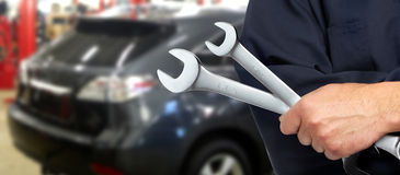 Hand med skiftnyckeln. Auto mekaniker. royaltyfri bild