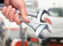Hand med skiftnyckeln. Auto mekaniker. arkivbild