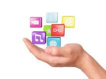 Hand med symboler för applikationprogramvara samla ihop kommunikationsbegreppskonversationer som har medelfolksamkväm Arkivfoton