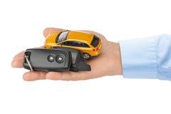 Hand med tangenter och bilen Royaltyfri Bild