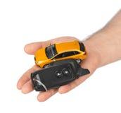 Hand med tangenter och bilen Royaltyfri Fotografi