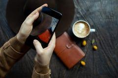 Hand med telefonen i ram arkivbilder