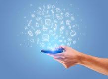 Hand med telefonen och utdragna kontorssymboler Royaltyfri Foto