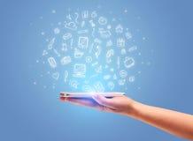 Hand med telefonen och utdragna kontorssymboler Arkivfoton