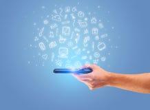 Hand med telefonen och utdragna kontorssymboler Arkivbild