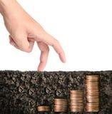 Hand menselijke hand die muntstuk zetten aan geld Stock Afbeelding
