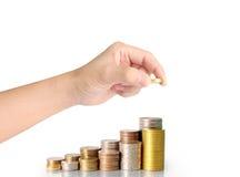 Hand menselijke hand die muntstuk zetten aan geld Royalty-vrije Stock Afbeeldingen