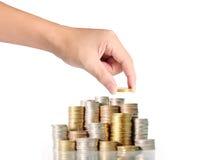 Hand menselijke hand die muntstuk zetten aan geld Stock Fotografie