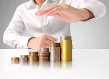 Hand menselijke hand die muntstuk zetten aan geld Royalty-vrije Stock Afbeelding