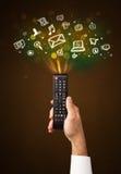 Hand met afstandsbediening en sociale media pictogrammen Royalty-vrije Stock Foto's
